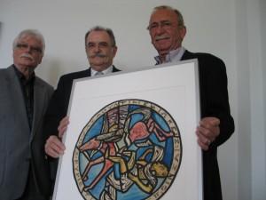 Die Stiftungsvorstände Gerhard Junglas und Klaus Reifenrath (von links) bereiteten gemeinsam mit Heinz-Robert Stettner, einem Neffen des Künstlers Alois Stettner, die Ausstellung in der Basilika St. Kastor in Koblenz vor.
